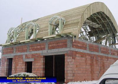 Dach łukowy z litego drewna